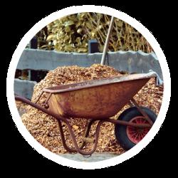 Eine Schubkarre mit Mulch zur Beetabdeckung