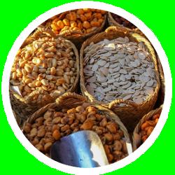 Eine Auswahl Körner, Nüsse und Samen zur Fütterung verschiedener Vögel